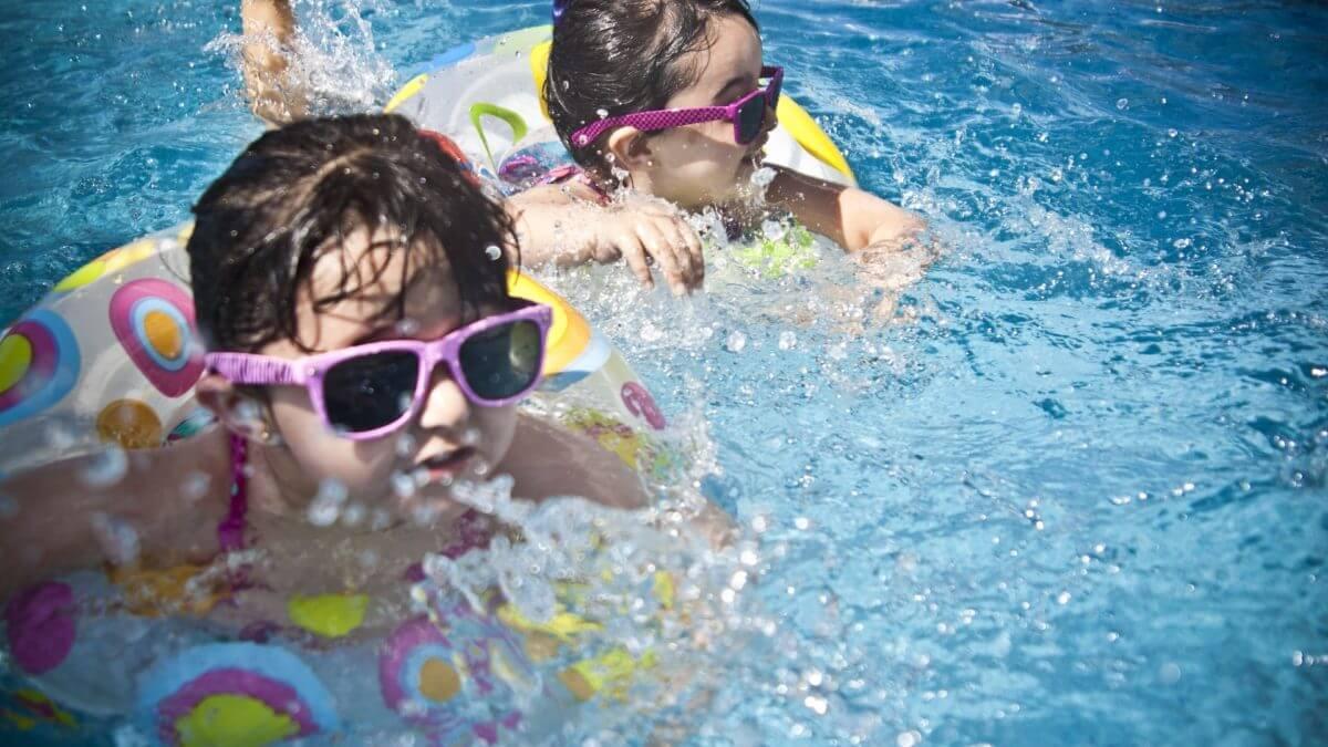 Stroje kąpielowe i klapki plażowe – idealne dla Twojego dziecka