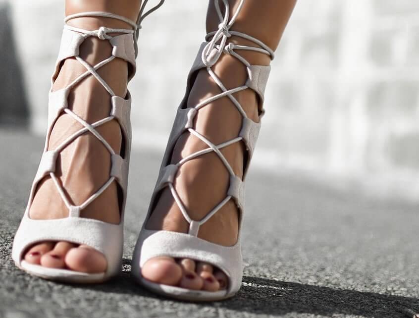 Sandały – modne i wygodne buty na letnie upały