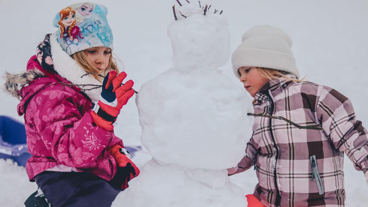 Kurtki zimowe dla najmłodszych – które z nich warto wybrać?