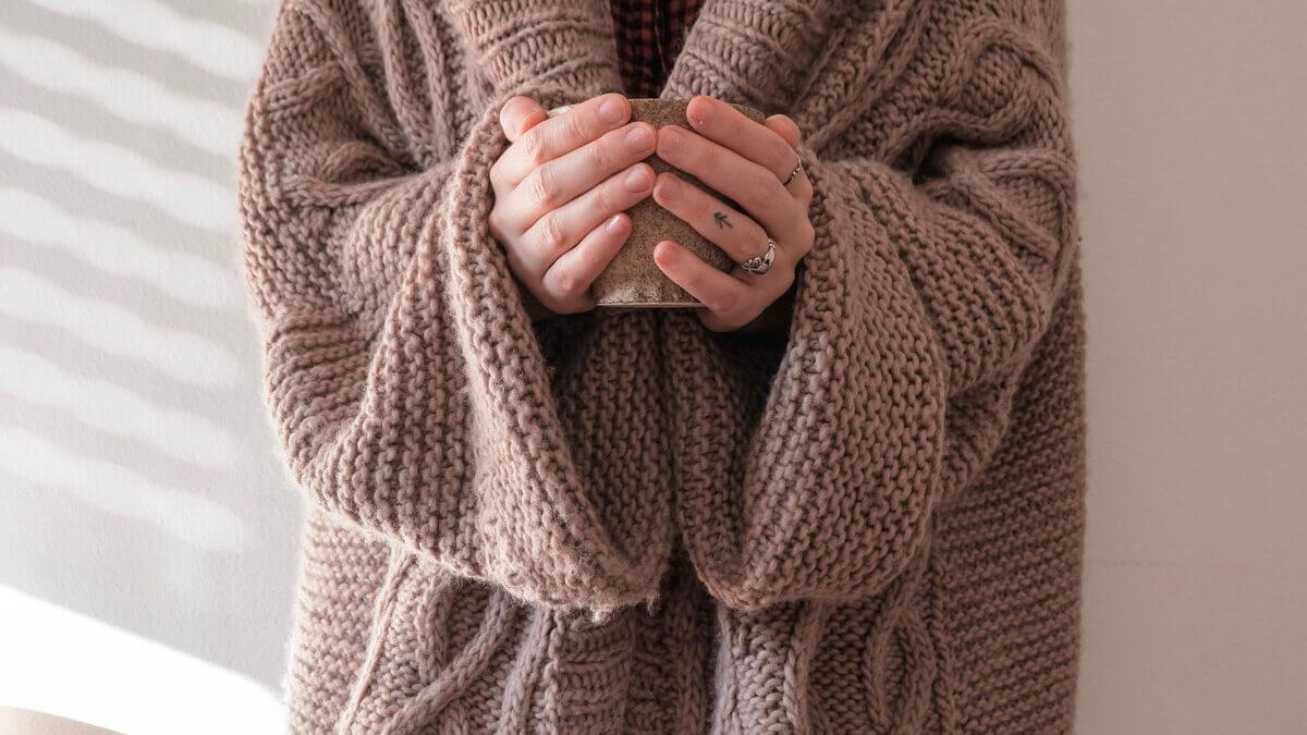 Grube swetry i kardigany – z czym i gdzie je nosić?
