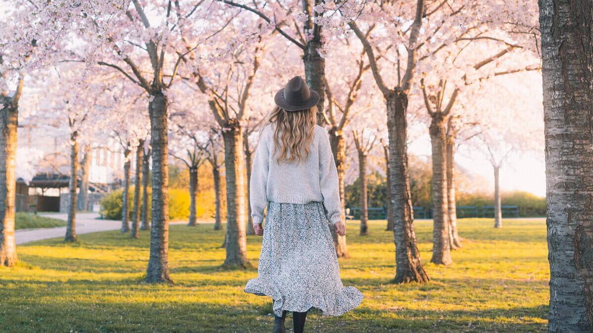 Długie spódnice – do jakiej figury pasują i jakie dodatki dobrać
