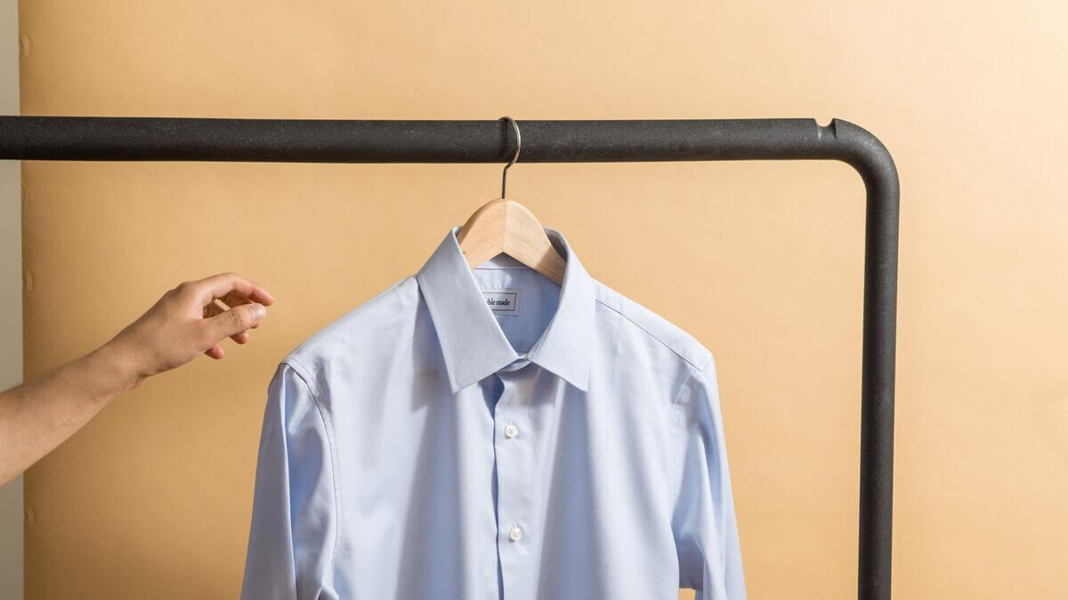 Koszula na co dzień. Jak połączyć ją z wygodnymi jeansami i sportowym obuwiem?